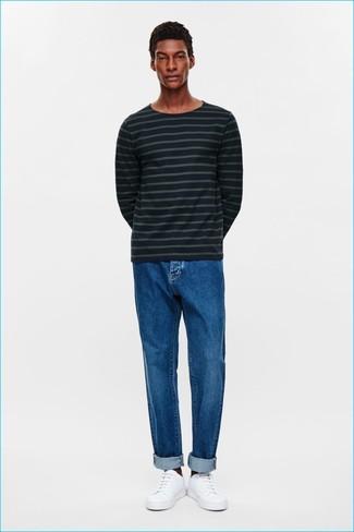 Cómo combinar: jersey con cuello circular de rayas horizontales azul marino, vaqueros azules, tenis de cuero blancos