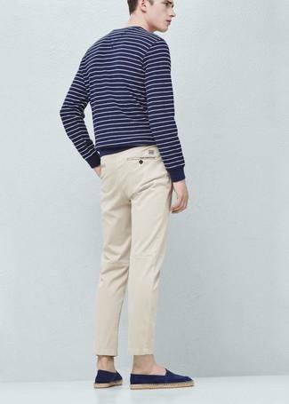 Cómo combinar: jersey con cuello circular de rayas horizontales en azul marino y blanco, pantalón chino en beige, alpargatas de ante azul marino