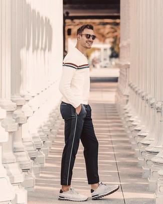 Cómo combinar: jersey con cuello circular de rayas horizontales en beige, pantalón de chándal negro, deportivas de ante grises