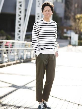 Cómo combinar: jersey con cuello circular de rayas horizontales en blanco y azul marino, pantalón chino verde oliva, tenis de lona azul marino