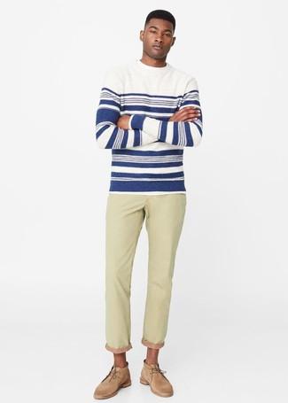 Cómo combinar: jersey con cuello circular de rayas horizontales en blanco y azul marino, vaqueros en beige, botas safari de ante marrón claro