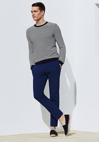 Cómo combinar: jersey con cuello circular de rayas horizontales en negro y blanco, pantalón chino azul marino, alpargatas de lona negras