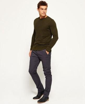 Cómo combinar: jersey con cuello circular de rayas horizontales verde oliva, pantalón chino azul marino, botines chelsea de cuero negros