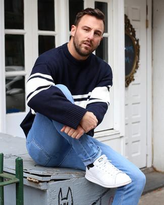 Cómo combinar: jersey con cuello circular de rayas horizontales en azul marino y blanco, vaqueros pitillo celestes, tenis de cuero blancos, calcetines negros