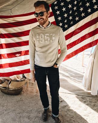 Cómo combinar: jersey con cuello circular bordado en beige, camisa de manga larga de rayas verticales blanca, vaqueros azul marino, botas casual de cuero en marrón oscuro