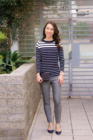 Cómo combinar: jersey con cuello circular de rayas horizontales en negro y blanco, pantalones pitillo de lana grises, zapatos de tacón de cuero negros, reloj dorado