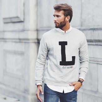 Cómo combinar: jersey con cuello circular estampado gris, camisa de manga larga blanca, vaqueros azul marino