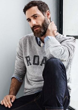 Cómo combinar: jersey con cuello circular estampado gris, camisa de manga larga de tartán celeste, vaqueros pitillo negros