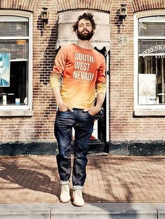 Cómo combinar: jersey con cuello circular estampado naranja, vaqueros azul marino, zapatos derby de ante blancos