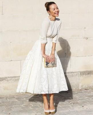 Cómo combinar: jersey con cuello circular en beige, falda campana de encaje blanca, zapatos de tacón de ante en beige, cartera sobre de cuero estampada en beige