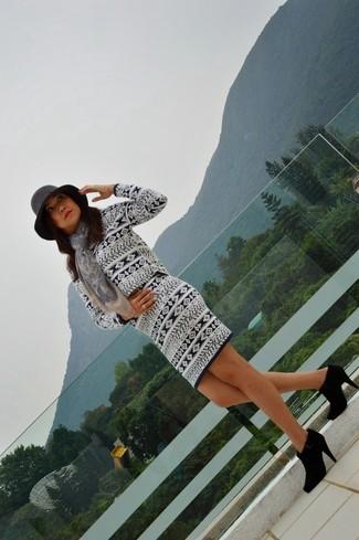 Cómo combinar: jersey con cuello circular de grecas alpinos en blanco y azul marino, falda lápiz de grecas alpinos en blanco y azul marino, botines de ante negros, sombrero de lana en gris oscuro