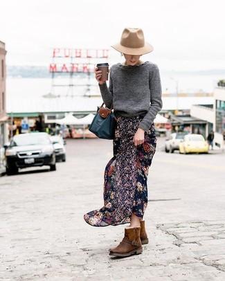 Cómo combinar: jersey con cuello circular en gris oscuro, falda larga de gasa con print de flores negra, botas ugg en marrón oscuro, bolsa tote de lona azul marino