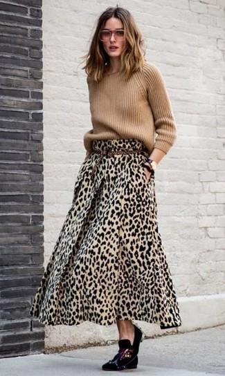 Cómo combinar: jersey con cuello circular marrón claro, falda larga de leopardo marrón claro, mocasín de terciopelo con adornos negros, correa de ante de leopardo marrón claro