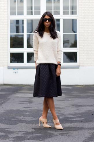 Cómo combinar: jersey con cuello circular de angora blanco, falda midi plisada negra, chinelas de ante en beige, gafas de sol negras