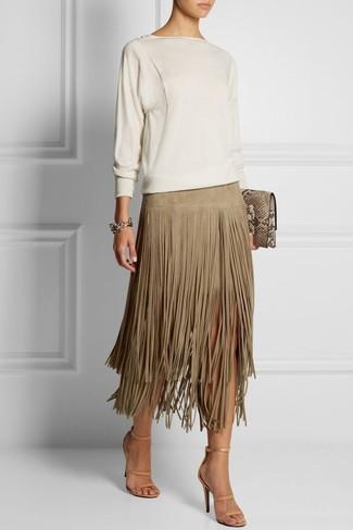Cómo combinar: jersey con cuello circular blanco, falda midi de ante сon flecos en beige, sandalias de tacón de cuero en beige, cartera sobre de cuero con print de serpiente marrón claro