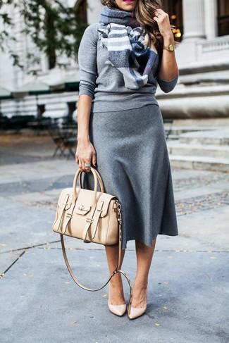 Cómo combinar: jersey con cuello circular gris, falda midi de lana gris, zapatos de tacón de cuero en beige, bolso de hombre de cuero en beige