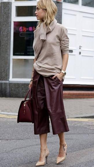 Cómo combinar: jersey con cuello circular en beige, falda pantalón de cuero burdeos, zapatos de tacón de cuero en beige, bolso de hombre de cuero burdeos
