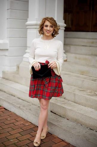 Cómo combinar: jersey con cuello circular en beige, falda skater de tartán roja, bailarinas de cuero marrón claro, cartera sobre de terciopelo negra