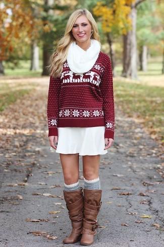 Cómo combinar: jersey con cuello circular de grecas alpinos burdeos, falda skater blanca, botas de caña alta de cuero marrónes, calcetines hasta la rodilla grises