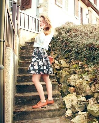 Cómo combinar: jersey con cuello circular celeste, falda skater con print de flores negra, zapatos oxford de cuero en tabaco, bolso bandolera de cuero en tabaco
