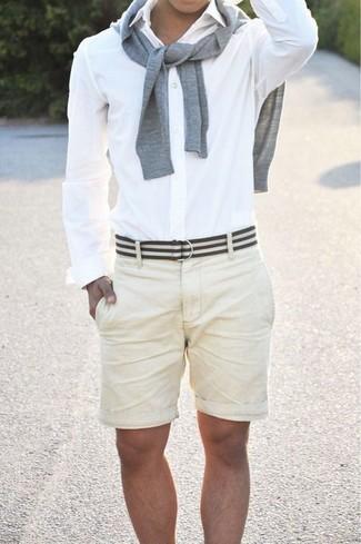 Cómo combinar: jersey con cuello circular gris, camisa de vestir blanca, pantalones cortos en beige, correa de lona de rayas horizontales en blanco y negro
