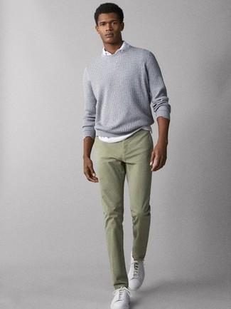 Cómo combinar: jersey con cuello circular de punto gris, camisa polo blanca, pantalón chino en verde menta, tenis de cuero blancos