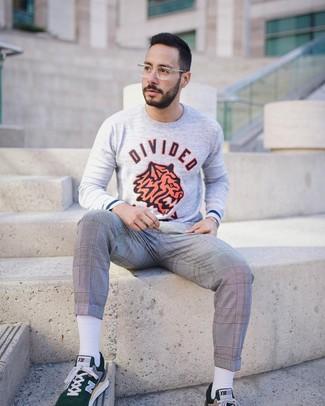 Cómo combinar: jersey con cuello circular estampado gris, pantalón de vestir de tartán gris, tenis verde oscuro, calcetines blancos