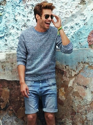 Cómo combinar: jersey con cuello circular gris, pantalones cortos vaqueros azules, gafas de sol negras, pulsera verde