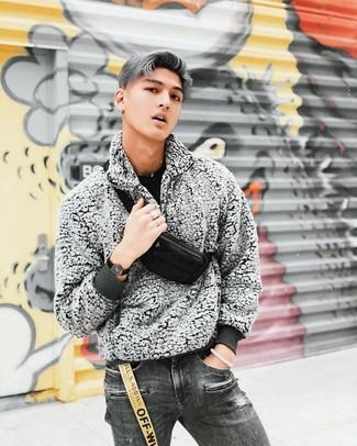 Cómo combinar: jersey con cuello circular negro, jersey de cuello alto con cremallera de forro polar gris, vaqueros desgastados en gris oscuro, riñonera de lona negra