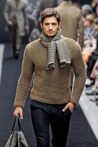 Cómo combinar: jersey con cuello circular de punto marrón, pantalón de vestir de lana negro, bolsa tote de lona estampada gris, bufanda de cuadro vichy marrón