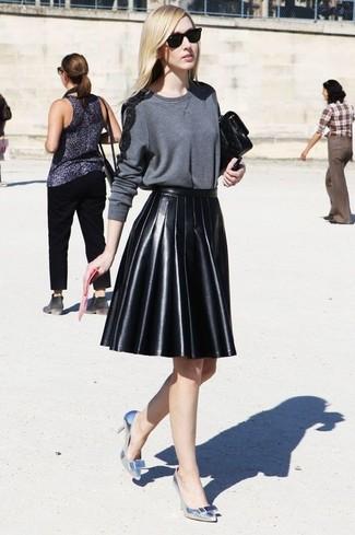 Cómo combinar: jersey con cuello circular en gris oscuro, minifalda de cuero plisada negra, zapatos de tacón de cuero plateados, cartera sobre de cuero negra