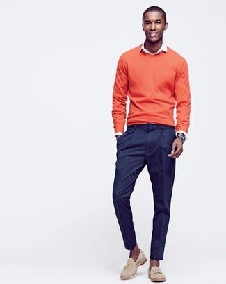 Cómo combinar: jersey con cuello circular naranja, camisa de manga larga blanca, pantalón de vestir azul marino, mocasín con borlas de ante en beige