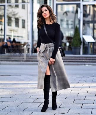 Cómo combinar: jersey con cuello circular negro, falda midi de tartán gris, botas sobre la rodilla de ante negras, bolso bandolera de cuero negro