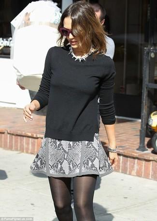 Jersey con cuello circular negro minifalda gris collar de perlas blanco large 1172