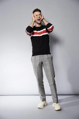 Cómo combinar: jersey con cuello circular de rayas horizontales negro, pantalón de vestir de tartán gris, deportivas en beige, reloj de cuero negro