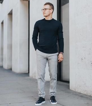 Cómo combinar: jersey con cuello circular negro, pantalón de vestir gris, tenis de cuero negros, reloj de cuero en marrón oscuro