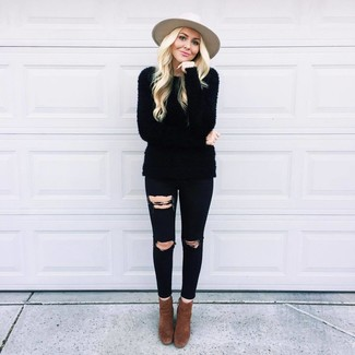 Cómo combinar: jersey con cuello circular de angora negro, vaqueros pitillo desgastados negros, botines de ante en marrón oscuro, sombrero de lana en beige