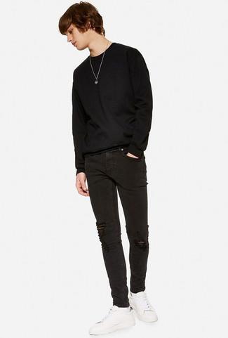 Cómo combinar: jersey con cuello circular negro, vaqueros pitillo desgastados negros, tenis de cuero blancos, calcetines blancos