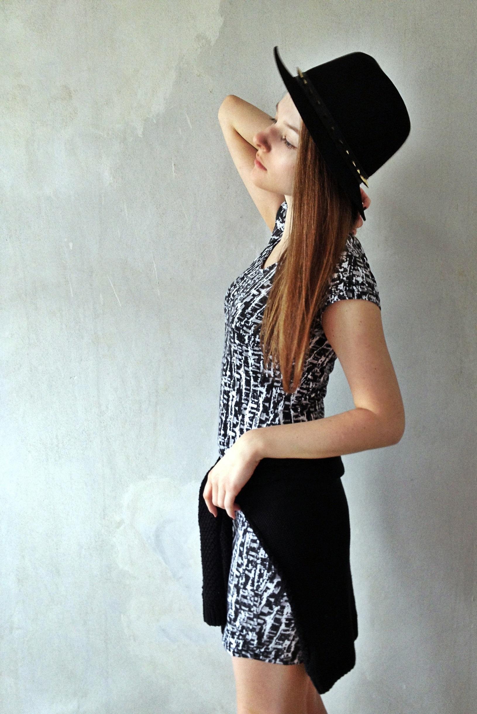 Look de moda  Jersey con cuello circular negro 7225f0006d6c