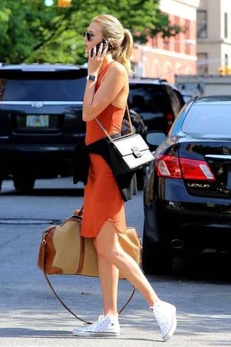Cómo combinar: jersey con cuello circular negro, vestido ajustado naranja, zapatillas altas de lona blancas, bolso de hombre de cuero negro