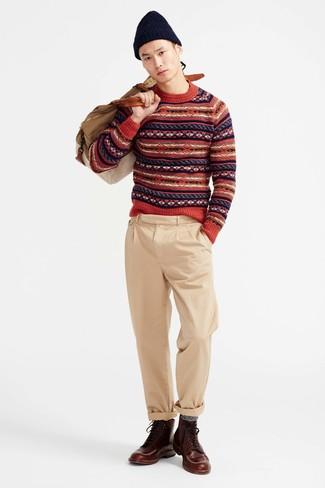 Cómo combinar: jersey con cuello circular de grecas alpinos rojo, pantalón chino marrón claro, botas casual de cuero en marrón oscuro, bolsa de viaje de lona en beige