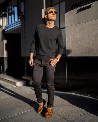 Cómo combinar: jersey con cuello circular negro, pantalón chino negro, mocasín con borlas de cuero marrón claro, gafas de sol en marrón oscuro