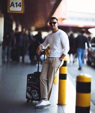 Cómo combinar: jersey con cuello circular blanco, pantalón chino en beige, tenis de cuero blancos, gafas de sol negras