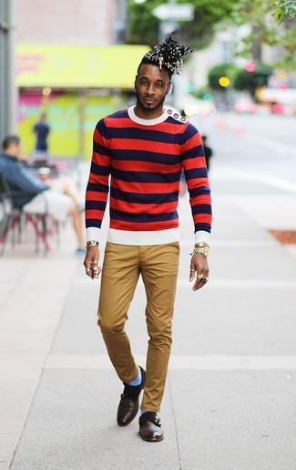 Cómo combinar: jersey con cuello circular de rayas horizontales en blanco y rojo y azul marino, pantalón chino marrón claro, zapatos con doble hebilla de cuero en marrón oscuro, reloj dorado