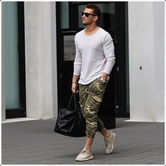 Cómo combinar: jersey con cuello circular blanco, pantalón de chándal de camuflaje verde oliva, tenis en beige, bolsa de viaje de cuero negra