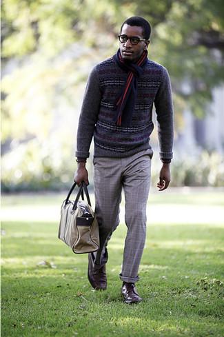 Cómo combinar: jersey con cuello circular de grecas alpinos en gris oscuro, pantalón de vestir de tartán gris, zapatos derby de cuero marrónes, portafolio marrón claro