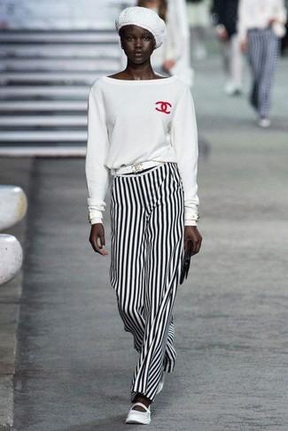 Cómo combinar: jersey con cuello circular blanco, pantalones anchos de rayas verticales en blanco y negro, bailarinas de cuero blancas, cartera sobre de cuero negra