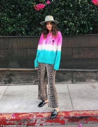 Cómo combinar: jersey con cuello circular efecto teñido anudado en multicolor, pantalones anchos de leopardo marrónes, mocasín de cuero negros, sombrero de lana gris