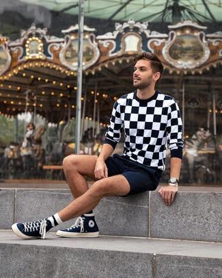 Cómo combinar: jersey con cuello circular a cuadros en negro y blanco, pantalones cortos azul marino, zapatillas altas de lona azul marino, reloj de cuero negro
