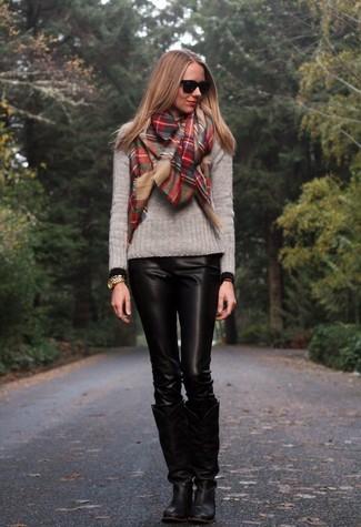 Cómo combinar: jersey con cuello circular gris, pantalones pitillo de cuero negros, botas de caña alta de cuero negras, bufanda de tartán roja